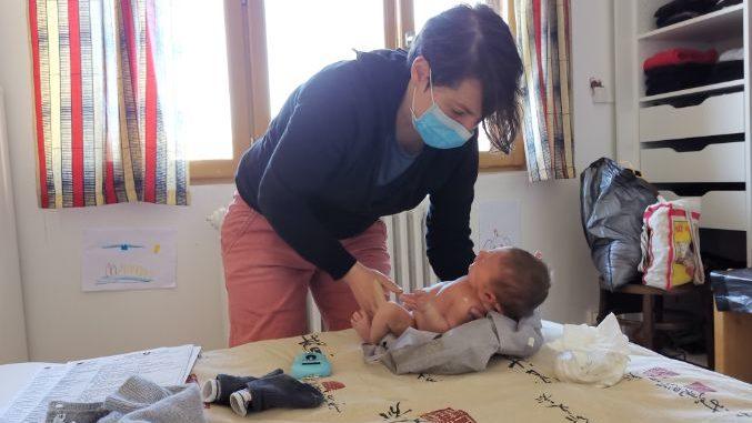 La sage-femme libérale Céline Puill, lors d'une visite à domicile chez une patiente à Fontenay-sous-Bois.