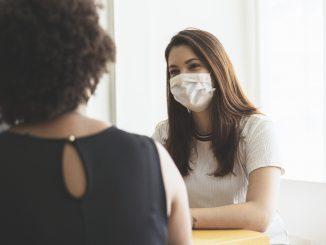 En 2020, près de 98 000 bilans prénataux ont été réalisés par des sages-femmes libérales.protective face mask. © wsfurlan – istockphoto.com